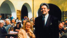 05.05.91_Der neue Ehrenritter d. Burg Kreuzen Dr. Pühringer mit Gattin