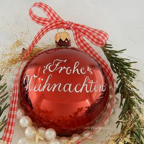 """""""Frohe Weihnachten"""" auf der Rückseite der Weihnachtsbaumkugeln"""