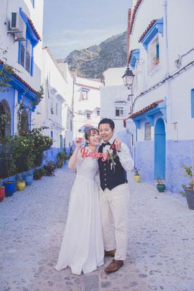 モロッコでフォトウェディング撮影/青い街シャウエンにて♡happyの文字と一緒に♪