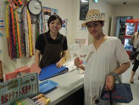そのポストカードを描いた近江絵理さんご本人と。