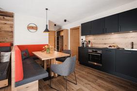 Wohnzimmer und Küche im alpin-modernen Stil