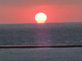 山陰の日本海に沈む夕陽