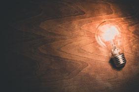 Dekobild: leuchtende Glühbirne