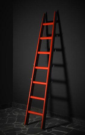 Scala a pioli in legno colorata in rosso per arredamento di interni - Wood ladder for home decor in custom color with steel hooks