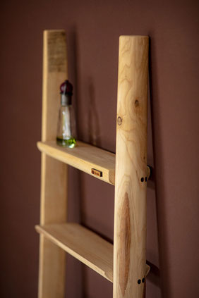 Scala a pioli in legno con mensole per arredamento bagno - Wood ladder with shelves for bath decor