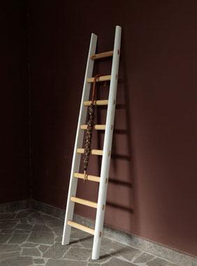 Scala a pioli porta asciugamani con fasce colorate bianche e pioli al naturale - Wood ladder for bath decor - echelle bain deco