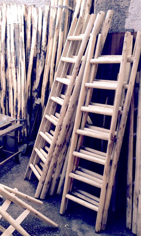 Scala a pioli in legno naturale per arredamento - wood ladder for climb and decor in natural finish  - echelle en bois naturel