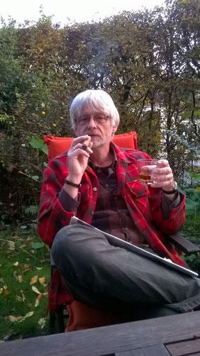 Zeitung, Zigarre, Whisky, im Garten. Das Leben ist schön.