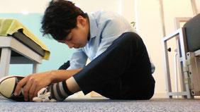 靴下を履くときの腰痛の治し方