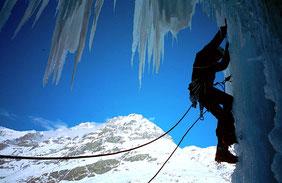 homme qui escalade une cascade de glace