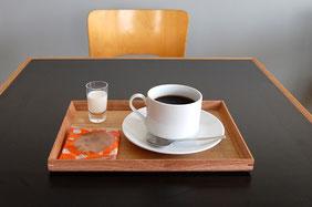 コーヒーとあわせて「本日のおせんべい」をどうぞ