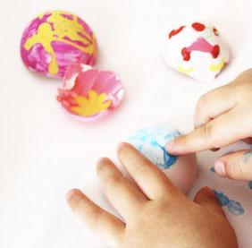 殻に好きな絵具を筆や指でペイントします