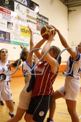 Nuestras chicas intentaron parar la superioridad física del rival. Foto: isb.com (galería de fotos completa clicando en la foto)