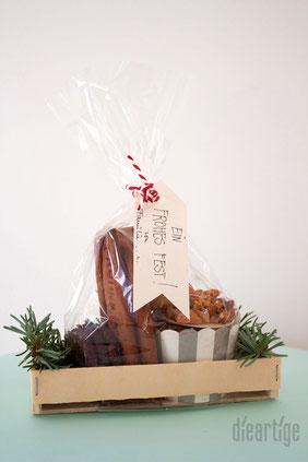 dieartigeBLOG - Süsse Weihnachtsgrüße, Plätzchen + Tannengrün im Holzkästchen