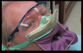 Goldbedampfte Atemschutzmaske zum Schutz vor Quecksilberdampf. (© Dr. Hartmut Sauer)