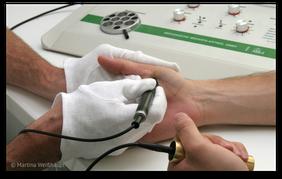 Materialverträglichkeits-Test mit Elektroakupunktur nach Voll. (© Martina Weißhaupt)