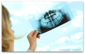 Die vorherige Kontrolle der Füllungstiefe auf dem Röntgenbild ist wichtig, um Verletzungen des Zahnnervs zu vermeiden. (© pressmaster - Fotolia.com)