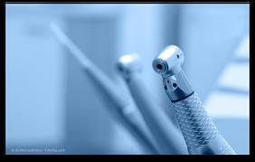 Schnellläufer-Winkelstück für die sichere Amalgam-Entfernung (© stieberszabolcs - Fotolia.com)