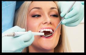 Digitale Aufnahme der Zähne für die Herstellung von CEREC-Keramik-Inlays (© Alen D - Fotolia.com)
