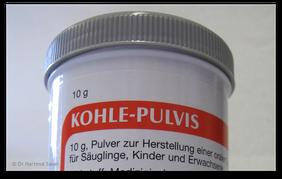 Medizinische Aktivkohle zum Binden von Giftstsoffen in Magen und Darm. (© Dr. Hartmut Sauer)