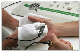 Elektroakupunktur nach Voll (EAV): Testung auf Schwermetall-Belastung. (© Martina Weißhaupt)