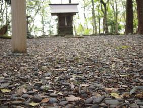 廣峯神社境内に敷き詰められたマナゴ(玉砂利)