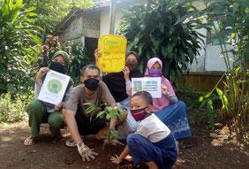 インドネシアの各校での活動には、教師に加え近辺の子どもたちも参加 (写真:西ジャワ州 カラントゥンガ第5小学校)