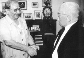 23 mai 1984 : Markos Vafiadis et Thrasivoulos Tsakalotos se serrent la main devant la camera de la RAI - source RAI