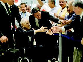 飛行機を降りてから歓迎を受ける李登輝元総統=22日夜、那覇空港新国際線旅客ターミナルビル1階