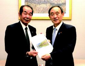 西大舛町長が菅長官(右)に要請を行った=8日、首相官邸(竹富町企画財政課提供)