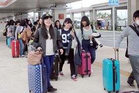 新石垣空港に降り立った観光客。LCCや中堅航空会社の就航も観光振興に一役買っている=2014年3月