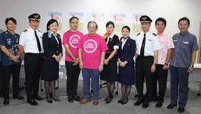玉城氏(写真中央左)と金城氏(写真右から2人目)ら関係者が記者会見し、乳がん検診の受診を啓発した=21日、那覇空港