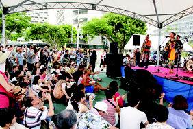 琉球民謡とジャズの調べが会場を包み、観客を魅了した=4日、パレットくもじ前広場
