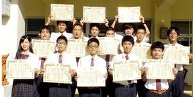 八商工生徒13人がジュニマイスターの称号を取得した=5日夕、同校