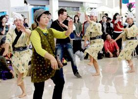 観光客もモーヤーに参加し2周年を祝う=7日午前、南ぬ島石垣空港