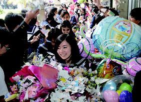 花道で笑顔を見せる卒業生たち=1日、八重山高校