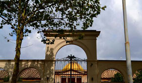 L'ingresso del complesso sul Lungotevere