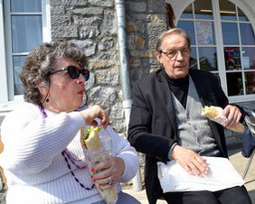 L'heure de la pause : Jeanine Rivais et Michel Smolec sur la terrasse des gîtes