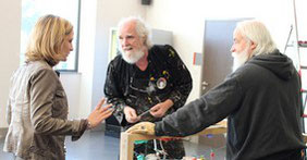 Loren et Guy Dallevet discutant avec une artiste