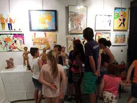 Les élèves de l'école visitant le festival : ici, le stand de Michel Smolec