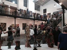 Une vue intérieure de la foule visitant le nouveau musée