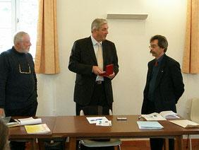 Guy Geymann recevant une médaille des mains de François Sauvadet, député de Côte-d'Or.