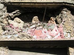 Sculptures sur la façade de la Maison du Fada à Lézignan