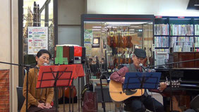 「村井楽器」さん特設ステージで、少し緊張気味・・・