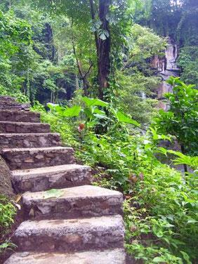 steile, geschwungene Steintreppe