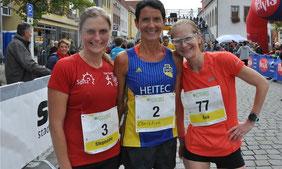 von links: Zweitplatzierte Stephanie Bötzl (TSV Wolfstein), Siegerin Christine Ramsauer (LAC Quelle Fürth), Drittplatzierte Eva Haberl (SpVgg Wolfsbuch/Zell)