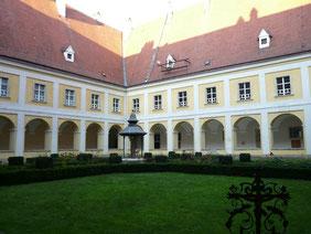 司教館の中庭
