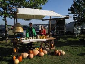 Familie Rosenthal betreut den Marktstand beim Herbstmanöver auf dem Rittergut Seedorf mit Honig und Bienenwachskerzen