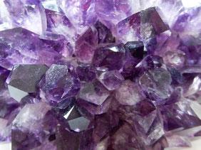 Amethyst ist farbloser Quarz mit Spuren von Titan, Mangan und Eisen.