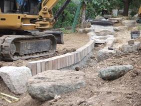 水路をレンガで作ってます。